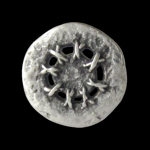 Silberfarbener Knopf mit Hexenstich
