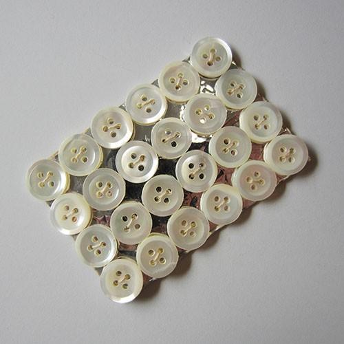 www.Knopfparadies.de - 5557we - Karte mit 24 weißen Vierloch Perlmuttknöpfen
