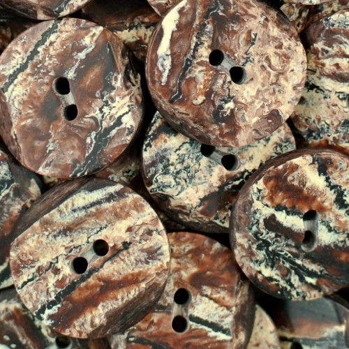 Interessante braun-natur-melierte 2-Loch-Knöpfe mit matter Oberfläche