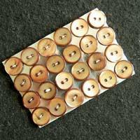 24 braune Perlmutterknöpfe auf Karte