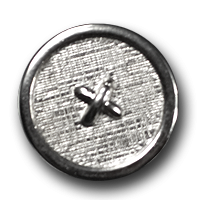 Silberfarbener Metallknopf mit Textilstruktur