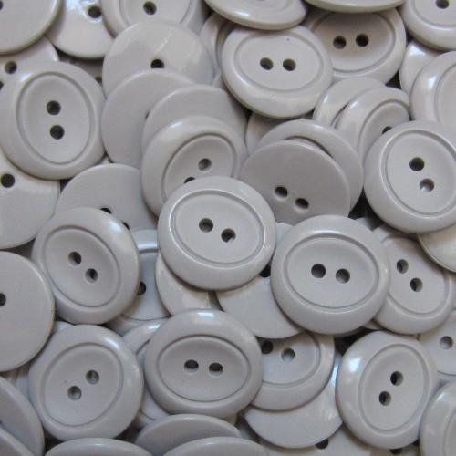Schicker hellgrauer Zweiloch Knopf aus Kunststoff