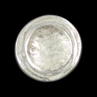 Edler weiß-silberfarbener Metallknopf